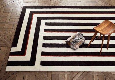 Как использовать черно-белые ковры в интерьере