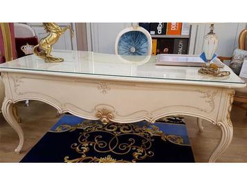 В салоне: письменный стол и кресло фабрики VALDERAMOBILI